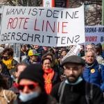 新型コロナウイルス感染拡大防止のための規制に抗議するデモ参加者=3月28日、ベルリン(AFP時事)