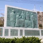 「日露友好の丘」にある両国合同慰霊碑のレリーフ。ロジェストヴェンスキーと東郷平八郎が手を取り合っている=長崎県対馬市