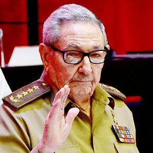 19日、ハバナで、キューバ共産党の党大会閉幕に当たって手を振るラウル・カストロ氏=ACN提供(AFP時事)