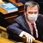 議会で質疑に臨むフランスのベラン保健相=6日、パリ(AFP時事)