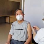 第1回目のワクチン接種を受ける筆者(2021年4月12日、病院で撮影)