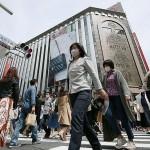 緊急事態宣言の発令を控えた銀座の街を行き交う人たち 24日午後、東京都中央区