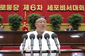 8日、北朝鮮の平壌で行われた朝鮮労働党の細胞書記大会で、閉会の辞を述べる金正恩総書記(朝鮮通信・時事)