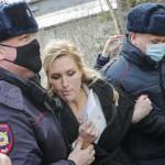 6日、ウラジーミル州ポクロフで、拘束されるロシアの反体制派指導者ナワリヌイ氏の主治医、アナスタシア・ワシリエワ医師(中央)(EPA時事)