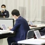 大阪府の新型コロナウイルス対策本部会議で発言する吉村洋文知事(左奥)=31日午後、大阪市中央区