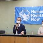 ウイグル人の強制労働と日本企業の関与について説明する日本ウイグル協会のレテプ・アフメット副会長(写真中央)=8日午前、厚生労働省会見室(辻本奈緒子撮影)
