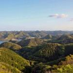 烏帽子岳山頂から見渡す絶景。無数の山々が複雑な地形を形成している=長崎県対馬市