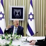 5日、各首相候補の意見を聞くイスラエルのリブリン大統領(左)(UPI)