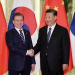 2019年12月23日、北京で、会談を前に握手する中国の習近平国家主席(右)と韓国の文在寅大統領(EPA時事)