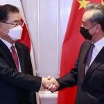 3日、中国福建省アモイで握手する王毅国務委員兼外相(右)と韓国の鄭義溶外相(EPA時事)