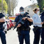 23日、パリ郊外ランブイエの警察署で刺殺事件が起きた後、道路を封鎖する警官(AFP時事)