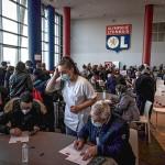 3日、フランス南東部リヨン郊外で、新型コロナウイルスのワクチン接種に訪れた人々(AFP時事)