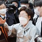 21日、韓国・ソウル中央地裁の判決後、報道陣に語る元慰安婦の李容洙さん(AFP時事)