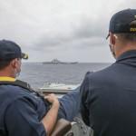 米軍艦、中国空母に接近し撮影した写真を公開