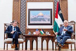 5日、ヨルダン川西岸のパレスチナ自治区ラマラで、ブリンケン米国務長官(左)と会談するアッバス自治政府議長(AFP時事)