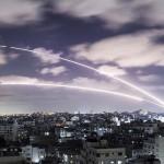 ハマスが実効支配するパレスチナ自治区ガザからイスラエルに向け発射されたロケット弾=18日(AFP時事)