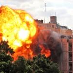 13日、イスラエル軍に空爆されるパレスチナ自治区ガザ(AFP時事)