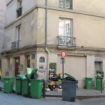 パリの路上に置かれたごみ=4月27日(時事)