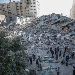 15日、パレスチナ自治区ガザ市で、イスラエル軍の空爆でがれきとなった米AP通信支局などの入居ビル(EPA時事)