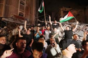 20日、パレスチナ自治区ガザで、イスラエルとイスラム組織ハマスとの停戦を喜ぶ住民ら(AFP時事)