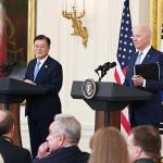 21日、ホワイトハウスで、記者会見に臨む韓国の文在寅大統領(左)とバイデン米大統領(AFP時事)