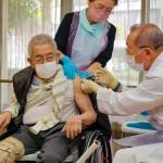 高齢者施設で新型コロナウイルスワクチン接種を受ける入所者=4月12日、京都市(時事)