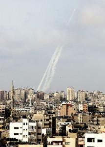 10日、パレスチナ自治区ガザから発射される  ロケット弾(AFP時事)