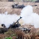 16日、パレスチナ自治区ガザに向けて砲撃を続けるイスラエル軍(AFP時事)