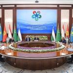 2019年11月、ウズベキスタンの首都タシケントで開かれた第2回中央アジア諸国首脳協議会で発言するミルジヨエフ大統領(中央右)と各国首脳(ウズベキスタン大統領広報部)