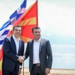 国名変更で合意したギリシャのツィプラス首相(左)とマケドニアのザエフ首相(いずれも当時)2018年6月17日、ウィキぺディアから