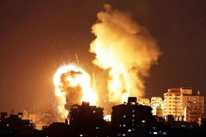10日、イスラエル軍による空爆を受けるパレスチナ自治区ガザ(AFP時事)