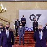 先進7カ国(G7)や招待国の外相と記念撮影するジョンソン英首相(前列右)。右端は茂木敏充外相=5日午後、ロンドン(英首相官邸提供・時事)