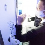全日空、世界初の肘で開ける機内トイレを開発