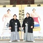 優勝額贈呈式で記念写真に納まる大栄翔(左)と照ノ富士=8日、東京・両国国技館(時事)