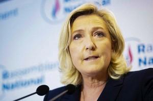 27日、パリ郊外の仏極右政党「国民連合(RN)」本部で会見するルペン党首(EPA時事)