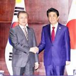 1年3カ月ぶりに会談した韓国の文在寅大統領(左)と安倍晋三首相(当時)=2019年12月、中国四川省成都市(EPA時事)