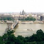 ハンガリーの首都ブタペストを流れるドナウ川とそこに架かる鎖橋