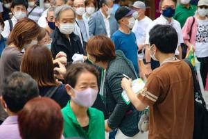 街頭演説後、支援者にあいさつする都民ファーストの候補者 25日、東京都中野区(石井孝秀撮影)