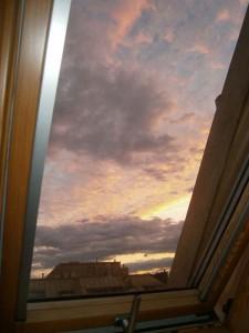 当方の仕事部屋から見えるウィーンの朝明け風景