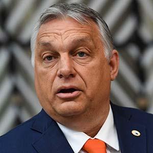 取材に応じるハンガリーのオルバン首相=24日、ブリュッセル(AFP時事)