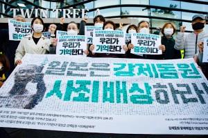 在韓日本大使館前で、元徴用工らへの謝罪と賠償を求めるデモを行う人々=2020年10月、ソウル(EPA時事)