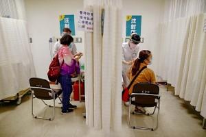 台湾・新北市で新型コロナウイルスのワクチンを接種する医療現場の職員 5月20日(EPA時事)
