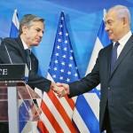 5月25日、エルサレムで、共同会見に際して握手するブリンケン米国務長官(左)とイスラエルのネタニヤフ首相(EPA時事)