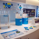 水の電気分解で水素を得られることを解説する模型=東京都江東区の水素情報館・東京スイソミル(石井孝秀撮影)