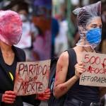 19日、ブラジル北部マナウスで、ボルソナロ大統領の新型コロナウイルス対応に抗議する人々(AFP時事)