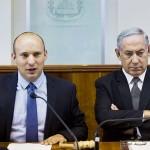 イスラエルのベネット教育相(左)とネタニヤフ首相=肩書はいずれも当時、2016年8月、エルサレム(EPA時事)