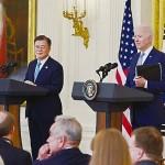 5月21日、ホワイトハウスで、記者会見に臨む韓国の文在寅大統領(左)とバイデン米大統領(AFP時事)