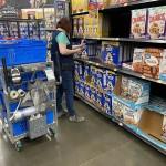ウォルマート店内でネットスーパー注文のシリアルをピッキングするピッカー。人気のシリアルが欠品している場合、精度を大幅に向上させたAIが代替品のベストチョイスを提案しているのだ。