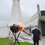 沖縄慰霊の日「前夜祭」で火をともす沖縄平和祈念堂の座安毅所長(豊田剛撮影)