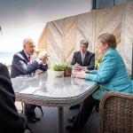 12日、英南西部コーンウォール地方セントアイブズで、談笑するバイデン米大統領(左から2人目)とメルケル独首相(右)(AFP時事)